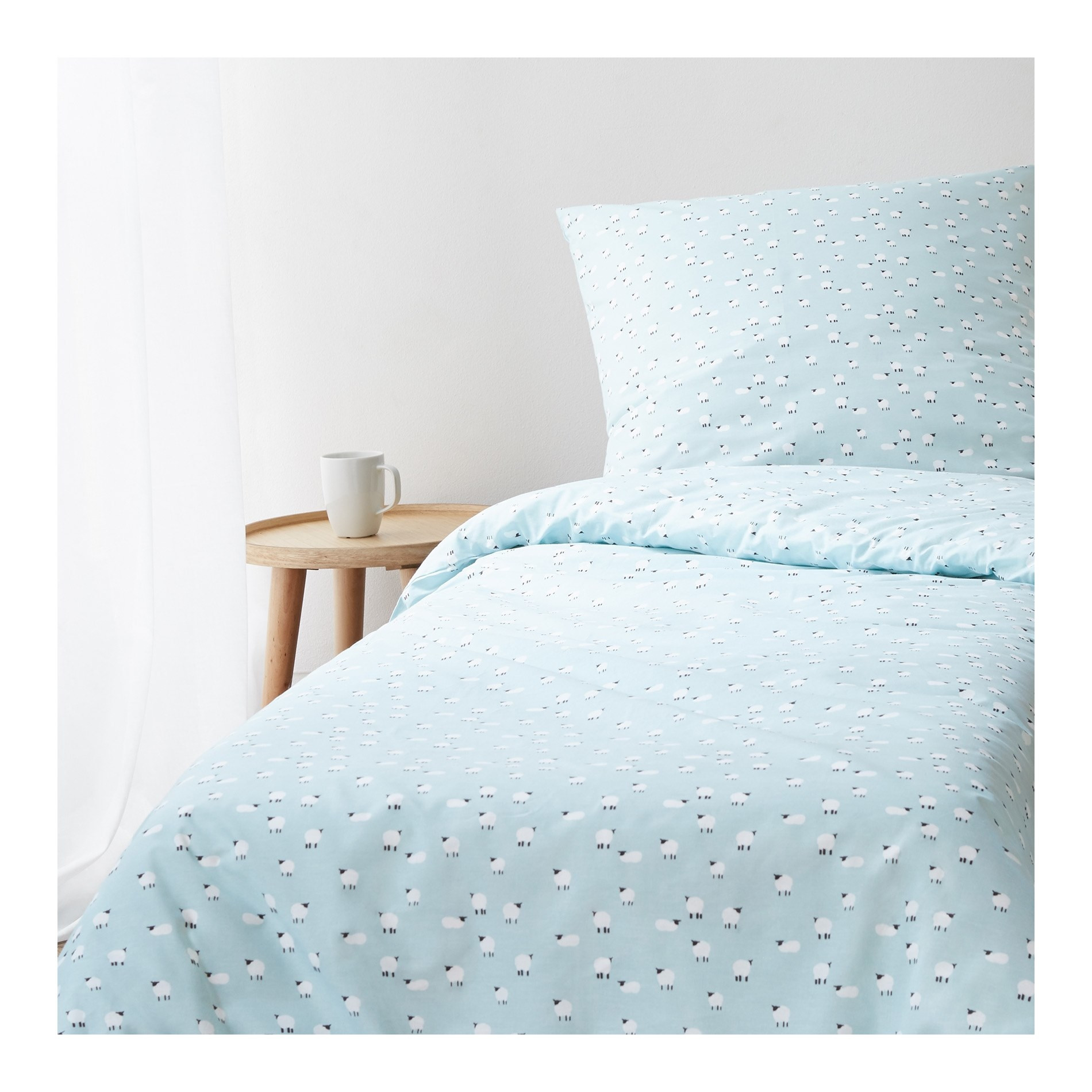 parure mini moutons housse de couette enfant et taie d 39 oreiller carr e monoprix maison. Black Bedroom Furniture Sets. Home Design Ideas