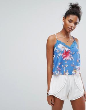 New Look – Top court à fines bretelles et motif floral avec bordures en dentelle – Bleu