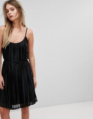 Vero Moda – Robe caraco plissée – Noir