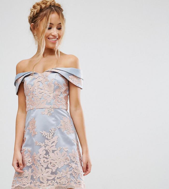 Chi Chi London Petite – Robe courte à encolure Bardot en den